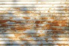 Garażuje drzwi obdzierającą teksturę, ośniedziały metalu panelu tekstury tło zdjęcia royalty free