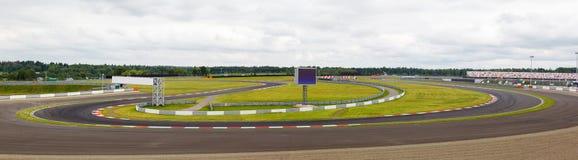 Gara motociclistica su pista con un giro tagliente immagine stock libera da diritti