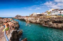 GARACHICO, ESPAÑA - 3 DE SEPTIEMBRE DE 2016: La gente goza de piscinas de la ciudad T foto de archivo