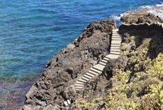 Garachico, Tenerife, escalera que enrolla abajo al océano Imagenes de archivo
