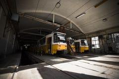 Garage électrique intérieur, trams jaunes Photos stock
