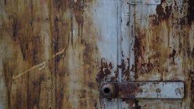 Garage abandonado Vieja puerta del hierro del metal con la peladura de textura de la pintura almacen de video