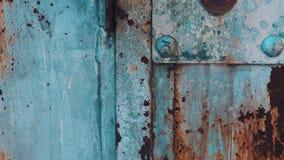 Garage abandonado Vieja puerta del hierro del metal con la peladura de textura de la pintura metrajes