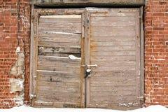 Garage abandonné avec le mur de briques endommagé photos libres de droits