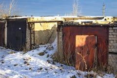 Garage abandonné avec un toit tombé images libres de droits