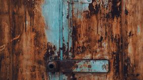 Garage abandonn? Vieille porte de fer en métal avec éplucher la texture de peinture banque de vidéos