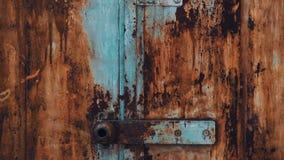 Garage abbandonato Vecchio portone del ferro del metallo con la pelatura della struttura della pittura video d archivio