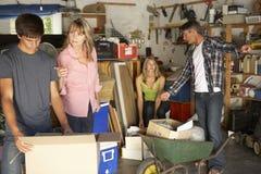 Garage adolescente di schiarimento della famiglia da vendere la vendita di oggetti usati Fotografie Stock