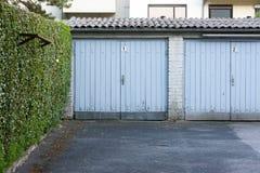 Garage avec la porte bleue, vieux et rottened images stock