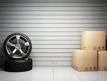 Garage avec les pièces de rechange de véhicule Photos libres de droits