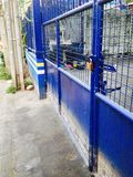 Garage blu della porta del metallo Fotografia Stock