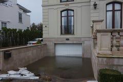 Garage complètement inondé à la suite d'ouragan Sandy dans Rockaway lointain, New York Photographie stock
