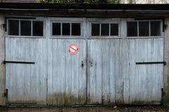 Garage con le porte bianche stagionate Immagini Stock Libere da Diritti