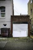 Garage dans une vieille ville de l'Angleterre Images stock