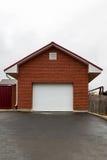 Garage de brique avec les portes blanches Images libres de droits