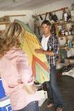 Garage de clairière de couples en vente de bric-à-brac Photos libres de droits