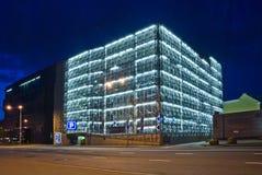 Garage de estacionamiento en la noche fotografía de archivo libre de regalías