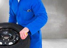 Garage de Holding Tire At de mécanicien Image stock