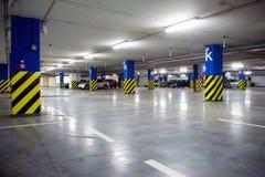 Garage de stationnement souterrain avec des véhicules Images libres de droits