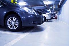 Garage de stationnement, véhicule dans sous terre l'intérieur Photos libres de droits