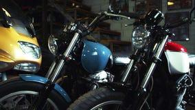 Garage del motociclista con le motociclette Interno di servizio di Moto video d archivio