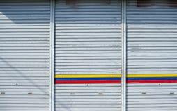 Garage del portello scorrevole del metallo del ferro con luce solare immagine stock libera da diritti