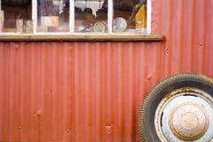 Garage del rojo de la vendimia Fotos de archivo libres de regalías
