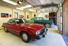 Garage della famiglia numerosa con le automobili classiche Fotografie Stock Libere da Diritti