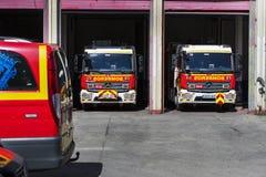 Garage des voitures et de l'équipement du corps de sapeurs-pompiers de ville Photos libres de droits