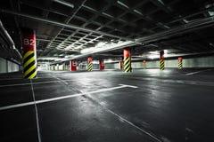 Garage di parcheggio, architettura sotterranea Fotografie Stock Libere da Diritti
