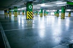 Garage di parcheggio - nel sottosuolo interiore Fotografie Stock Libere da Diritti