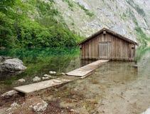 Garage en bois pour des bateaux. Image libre de droits