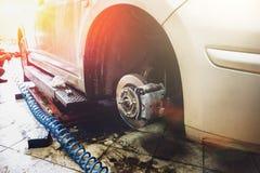 Garage en het auto mechanische concept van de autodienst Automobiele reparatietechnologie en het oplossen van problemen stock foto