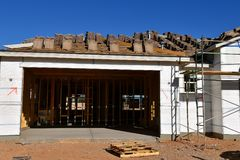 Garage et maison en construction photo stock
