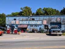 Garage för egennamn` s som en uppdiktad TV auto-shoppar presenterat i liten vik för Schitt ` s royaltyfri bild