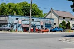Garage för egennamn` s som en uppdiktad TV auto-shoppar presenterat i liten vik för Schitt ` s fotografering för bildbyråer