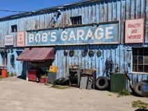 Garage för egennamn` s som en uppdiktad TV auto-shoppar presenterat i liten vik för Schitt ` s royaltyfria bilder