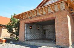 Garage för hus för byggnadskonstruktion nytt oavslutat Garage för taklägga och isoleringstegelstenvägg royaltyfri bild