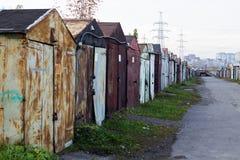 Garage für ein Auto in Russland im Herbst von 2018 lizenzfreies stockbild