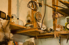 Garage med shelfs Arkivfoto