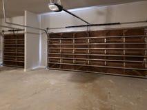 Garage med trädörrdesign i ett nytt hus royaltyfria foton