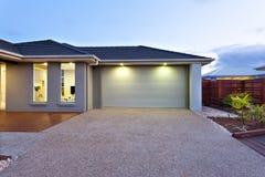 Garage met een lange en brede concrete of steenyard vooraan bij dageraad of zonsondergang royalty-vrije stock afbeelding