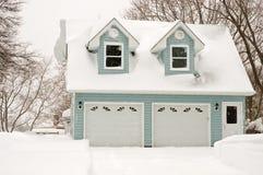 Garage mit zwei Autos im Schneesturm Lizenzfreie Stockbilder