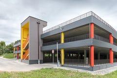 Garage moderne de multi-niveaux avec la sortie de secours externe images stock