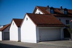 Garage, moderne garage, wit blind stock afbeeldingen