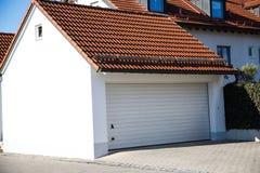 Garage, moderne garage, wit blind stock foto's