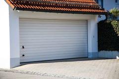 Garage, moderne garage, wit blind stock foto