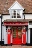 Garage rouge de pompe, grand Missenden, R-U photographie stock
