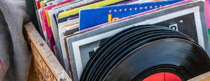 Garage salevertoning van LPs en vinyl voor muziekcollectoren stock fotografie