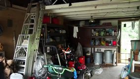 Garage suburbain encombré banque de vidéos